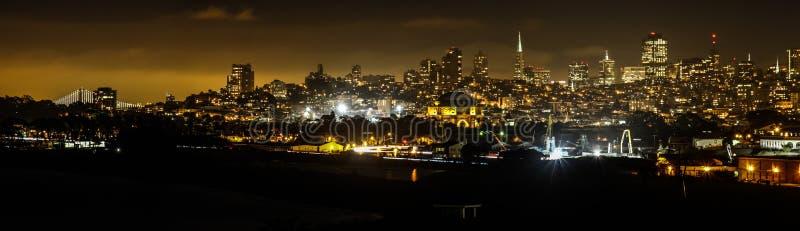 San Fransisco linia horyzontu od fortu punktu przy nocą obraz royalty free