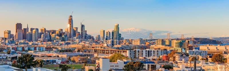 San Fransisco linii horyzontu panorama przy zmierzchem z zatoka mostem obraz royalty free