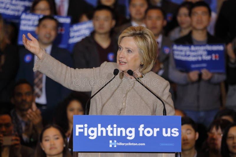 SAN GABRIEL, LA, CA - 7 de janeiro de 2016, o candidato presidencial Democrática Hillary Clinton fala a Isla americano e pacífico fotos de stock royalty free