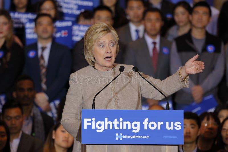 SAN GABRIEL, LA, CA - 7 de janeiro de 2016, o candidato presidencial Democrática Hillary Clinton fala a Isla americano e pacífico foto de stock