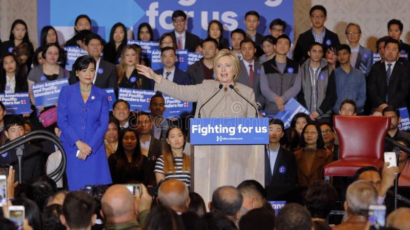 SAN GABRIEL, LA, CA - 7 janvier 2016, le candidat démocrate à la présidentielle Hillary Clinton parle à Isla américain et Pacifiq photos libres de droits