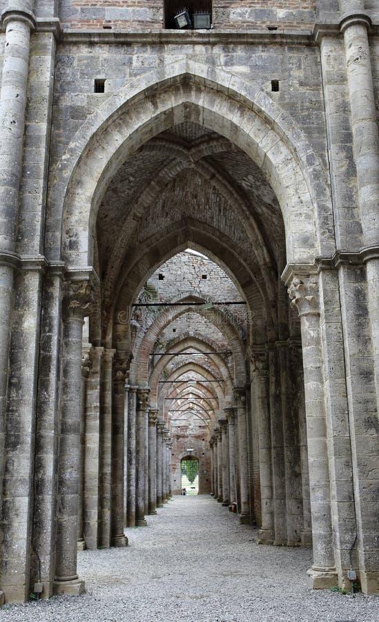 San Galgano, Siena Italy kyrka utan ett tak och ett svärd inom vagga arkivfoton