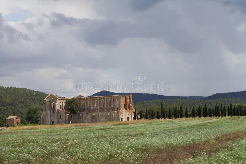 San Galgano, Siena Italy kyrka utan ett tak och ett svärd inom vagga royaltyfri bild