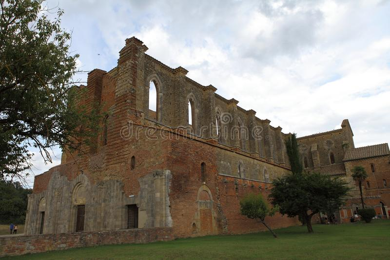 San Galgano, Siena Italy kyrka utan ett tak och ett svärd inom vagga royaltyfri fotografi