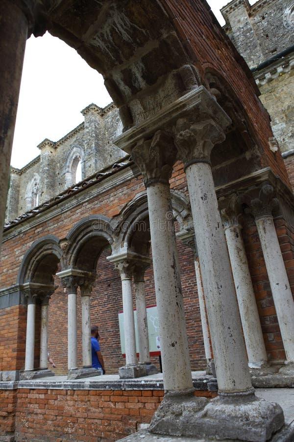 San Galgano, Siena Italy kyrka utan ett tak och ett svärd inom vagga royaltyfria foton