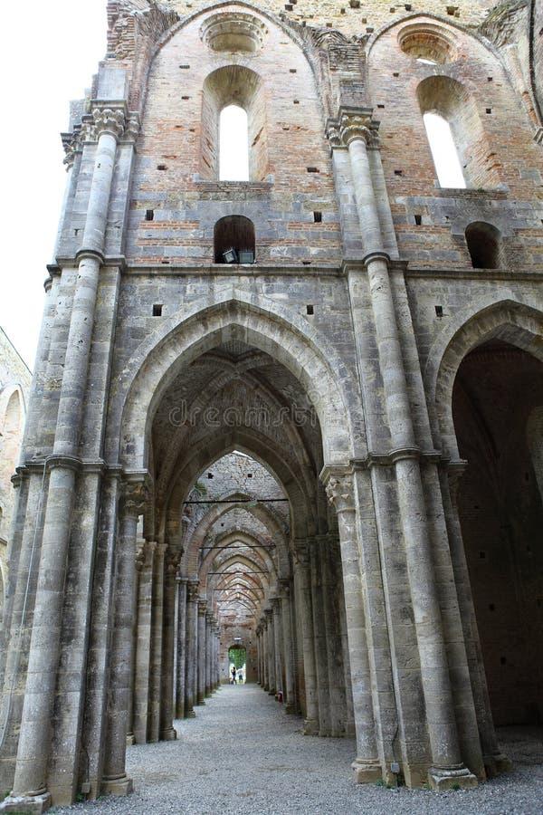 San Galgano, Siena Italy kyrka utan ett tak och ett svärd inom vagga fotografering för bildbyråer