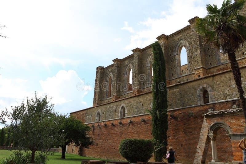 San Galgano, Siena Italy kyrka utan ett tak och ett svärd inom vagga arkivbild