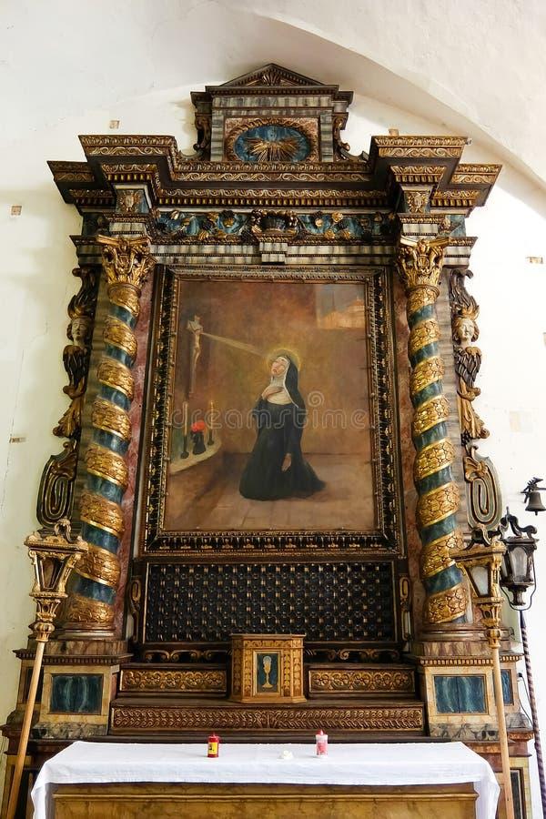 San Gemini, It?lia Interiores do chiesa di San Giovanni Battista da igreja Cat?lica foto de stock royalty free
