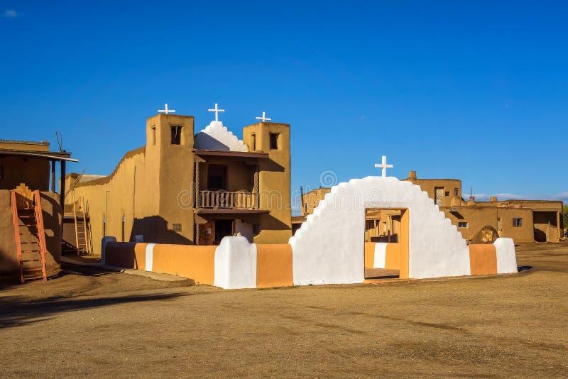San Geronimo kyrka i den Taos puebloen som är ny - Mexiko arkivbilder
