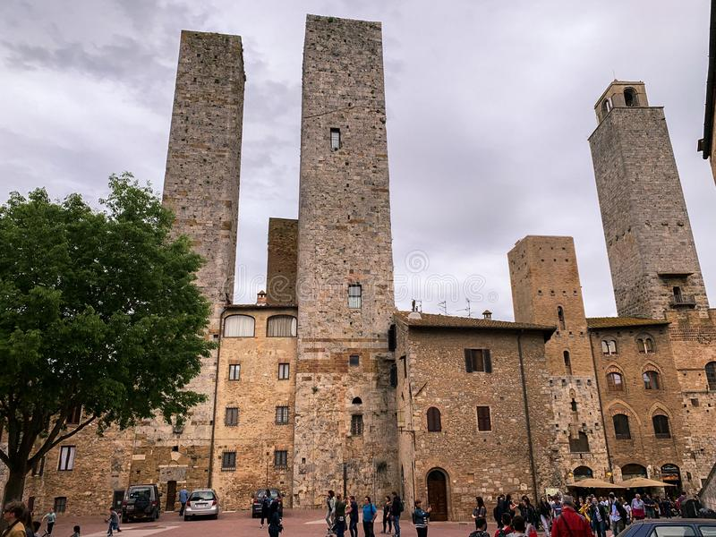San Gimignano, итальянская средневековая деревня с характерными каменными башнями стоковое изображение
