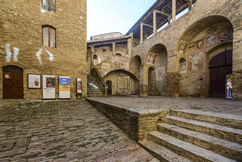 San Gimignano, Сиена, Тоскана, Италия, Европа, внутренний двор ратуши стоковое фото