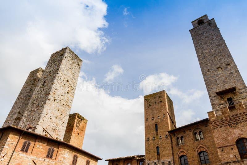 San Gimignano is een kleine ommuurde middeleeuwse heuvelstad in Toscanië stock afbeelding