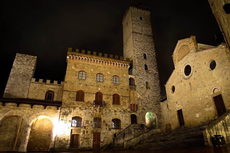 San Gimignano på natten arkivbild