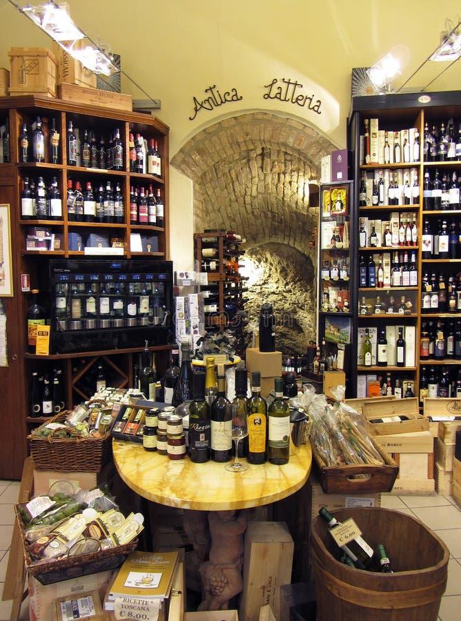 San Gimignano vinkällare royaltyfri fotografi