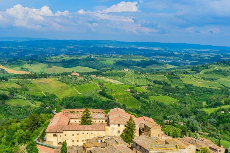 San Gimignano - vista a?rea de la ciudad hist?rica con paisaje hermoso del paisaje en un d?a de verano soleado en Toscana, peque? foto de archivo libre de regalías