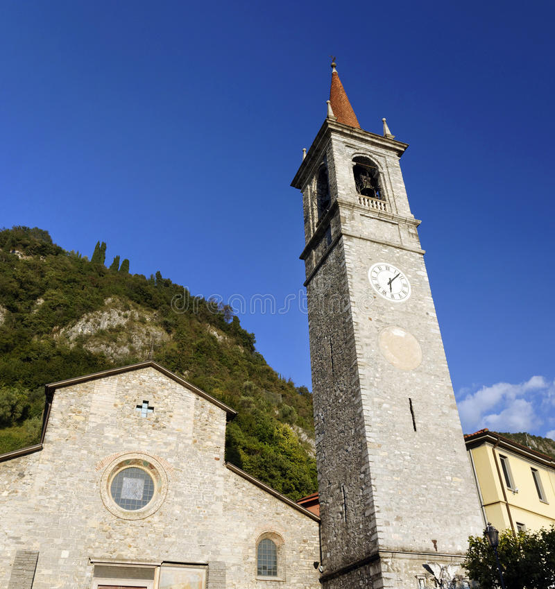 San Giorgio Church in Varenna is zeer populair op Meer Como voor Katholieke Huwelijken stock foto's