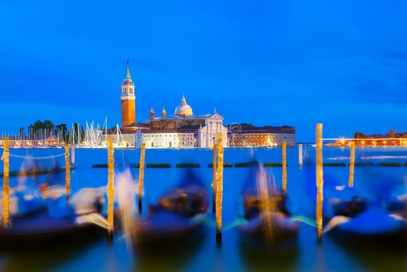 San Giorgio Maggiore gondole w Wenecja i kościół, Włochy podczas błękitnego godzina wschodu słońca Ostrość na kościół obrazy stock