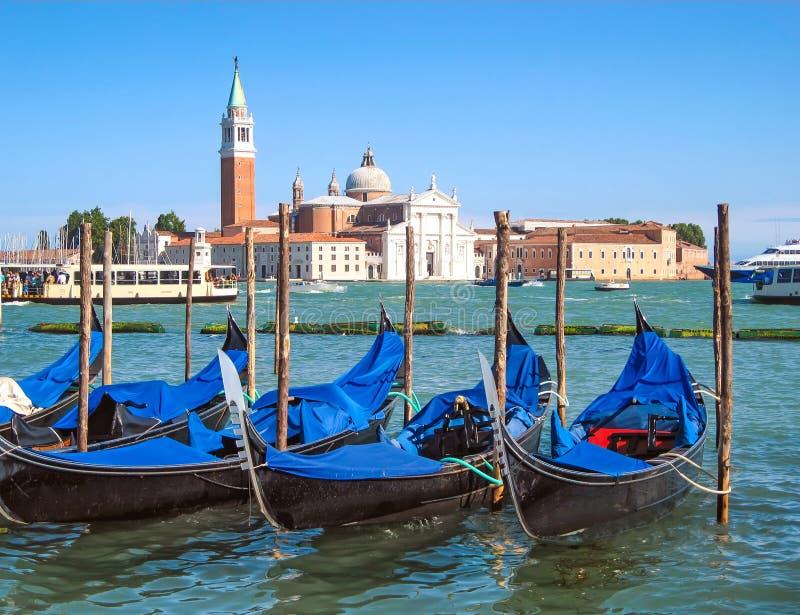 San Giorgio Maggiore gondole w Wenecja i kościół, Włochy Vaporetto i woda przewiezeni statki Beautidul letni dzień z niebieskim n zdjęcie royalty free