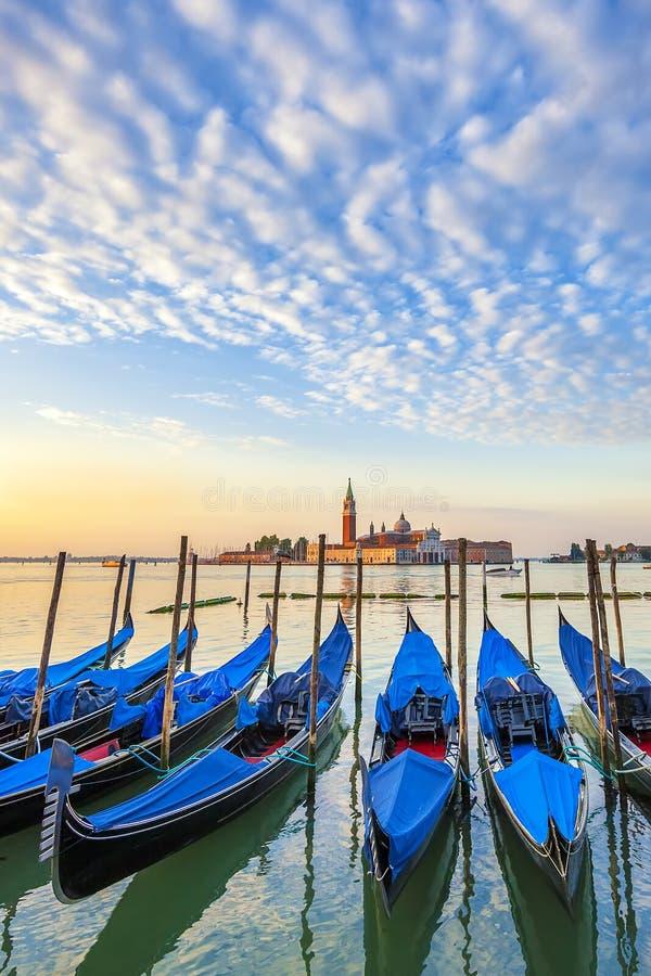 San Giorgio Maggiore kyrka och gondoler i Venedig royaltyfria bilder