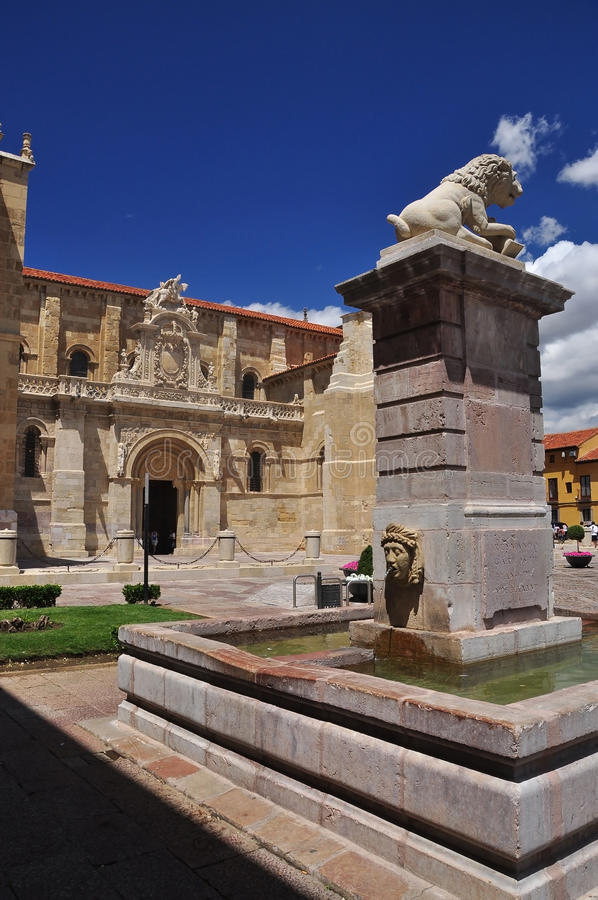San Isidro basilica. Leon Spanien arkivfoton