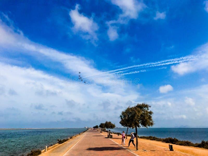 San Javier, Espagne - 26 mai - 2018 : Escadron de chasse dans la formation de groupe au-dessus d'un chemin parmi deux mers image stock