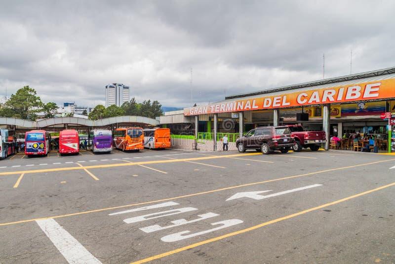 SAN JOSE, COSTA RICA - 14 DE MAYO DE 2016: Vista de autobuses en el término de autobuses de Gran Terminal del Caribe en la capita foto de archivo libre de regalías