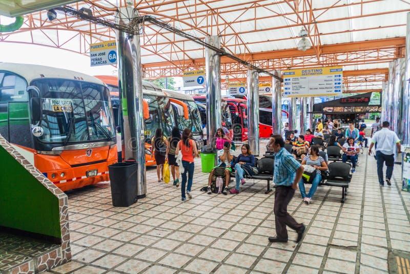 SAN JOSE, COSTA RICA - 14 DE MAYO DE 2016: Vista de autobuses en el término de autobuses de Gran Terminal del Caribe en la capita imagen de archivo libre de regalías