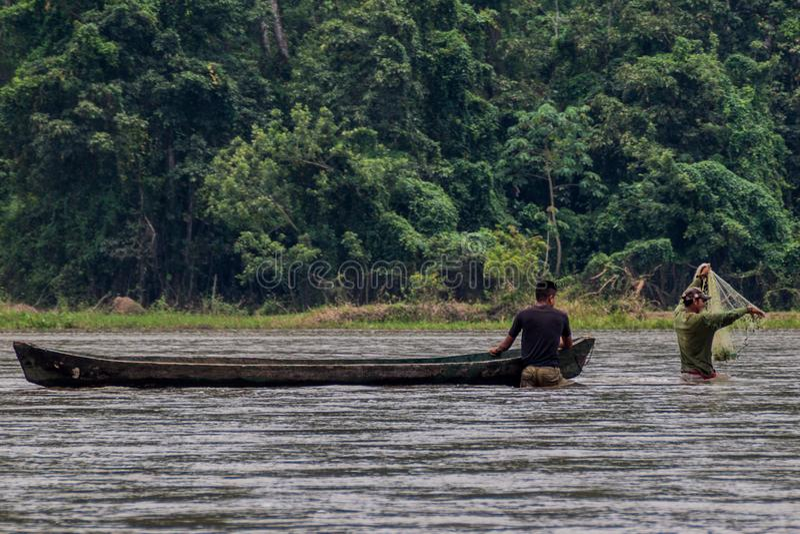 SAN JUAN, ΝΙΚΑΡΑΓΟΥΑ - 6 ΜΑΐΟΥ 2016: Ψαράδες με μια μικρή βάρκα στον ποταμό του San Juan, Nicarag στοκ φωτογραφίες με δικαίωμα ελεύθερης χρήσης