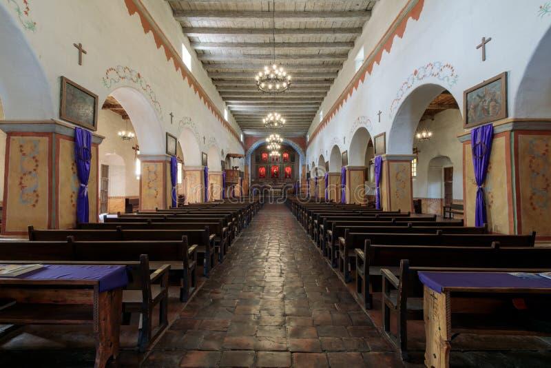 San Juan Bautista, Califórnia - 3 de março de 2018: Interior da igreja da missão velha San Juan Bautista imagem de stock