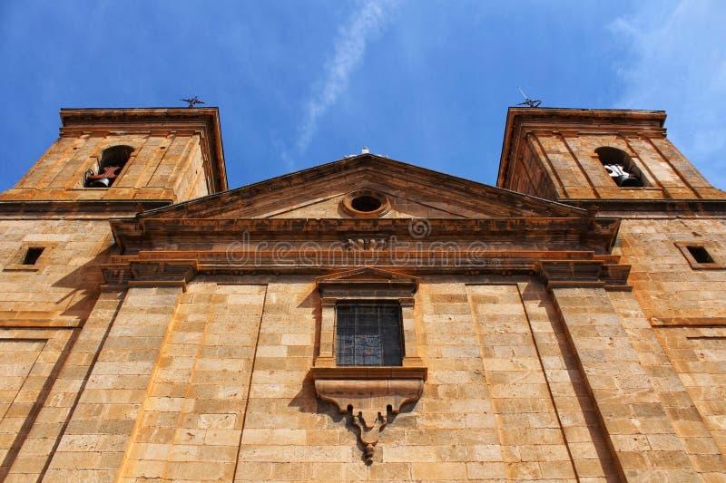 San Juan Bautista kyrka i den CasasIbanez byn, Spanien arkivbild