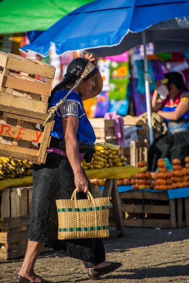 SAN JUAN CHAMULA, MEXICO - DICEMBER 2 San Juan Chamula, inhabite arkivbild