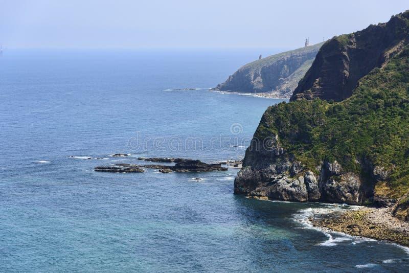 San Juan de Gaztelugatxe vicino all'eremo sulla costa di Vizcaya fotografia stock libera da diritti