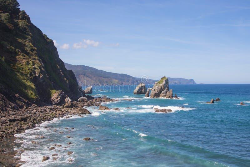 San Juan de Gaztelugatxe, Vizcaya, Paese Basco Spagna Vista del mare Cantabrian con cielo blu fotografia stock libera da diritti