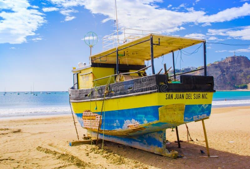 San Juan del Sur, Nicaragua - 11 mai 2018 : Vue extérieure de bateau jaune sur la plage du sur de San Juan Del sur l'océan image libre de droits