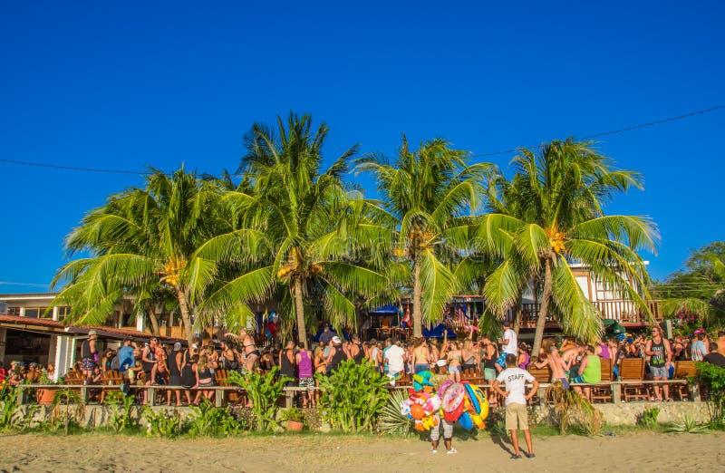 San Juan del Sur, Nicaragua - Mei 11, 2018: Menigte van mensen die ondergoed en verse kleren dragen bij openluchtpartij in a royalty-vrije stock foto