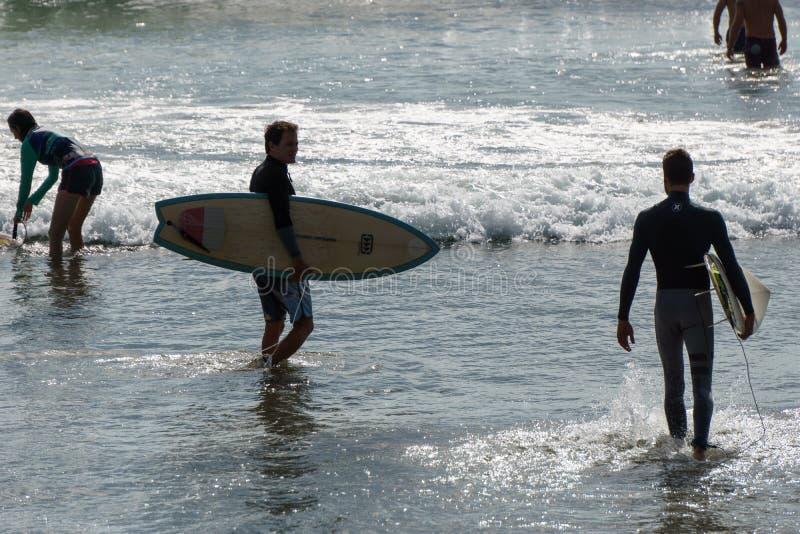 San Juan Del Sura, Nikaragua, Styczeń 19, 2018: Surfingowa portret w wodzie turystyczny kipiel punkt obrazy stock