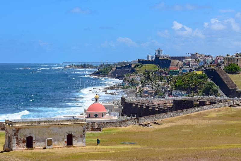San Juan, Puerto Rico - April 02 2014: Kustlijnmening in Oud San Juan stock fotografie
