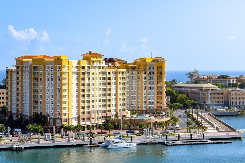San Juan, Puerto Rico - 2 de abril de 2014: Vista de la arquitectura a lo largo de la costa imagen de archivo