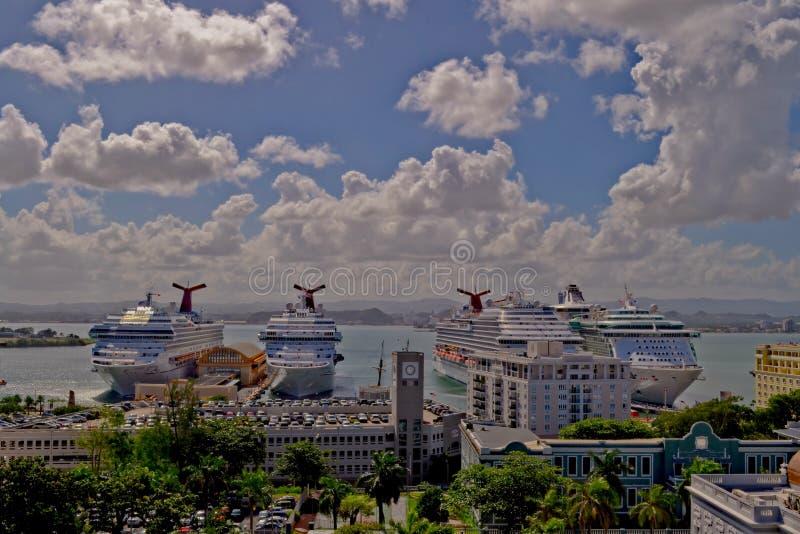San Juan Puerto Rico - Januari 2015: Kryssningskepp som ansluter i porten av San Juan royaltyfria foton