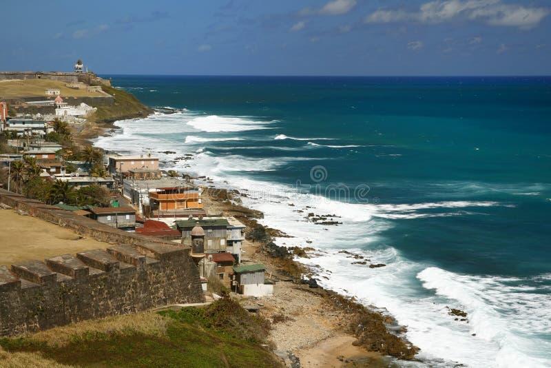 San Juan que mira a lo largo de la costa al EL Morro fotos de archivo