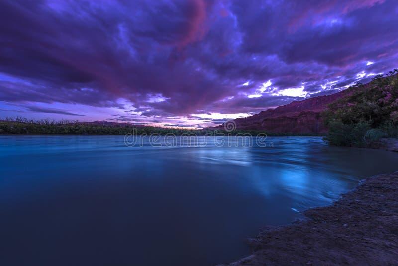 San Juan River después de la puesta del sol cerca de Clay Hills Crossing fotografía de archivo