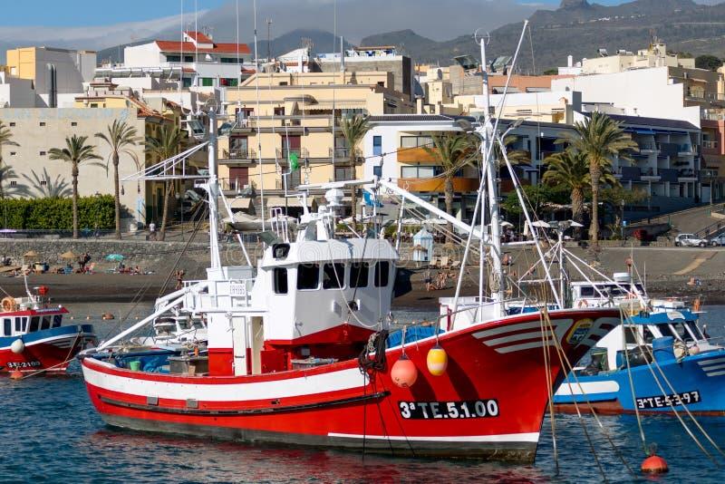 SAN JUAN, TENERIFE/SPAIN - 18 DE ENERO DE 2015: Barcos amarrados en el Sa imágenes de archivo libres de regalías