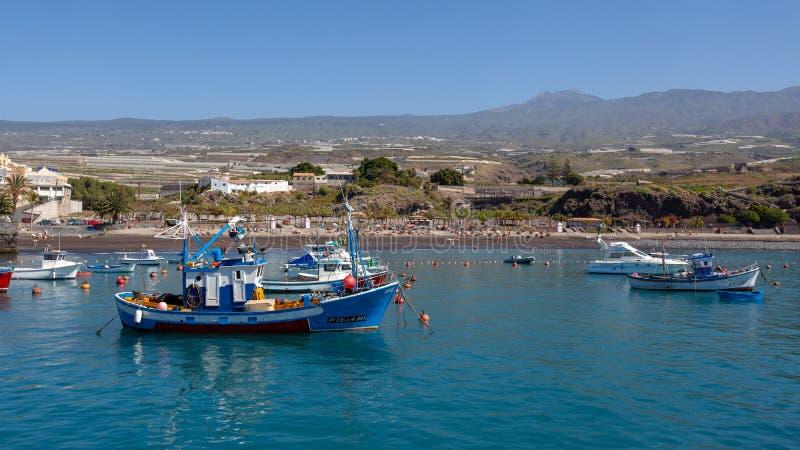 SAN JUAN, TENERIFE/SPAIN - 22 DE FEBRERO: Opinión San Juan Harbou imagen de archivo libre de regalías