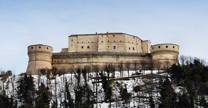 San Leo-fort in Montefeltro, Rimini, Italië De alchemist Cagliostro werd gevangen gezet in dit kasteel stock fotografie