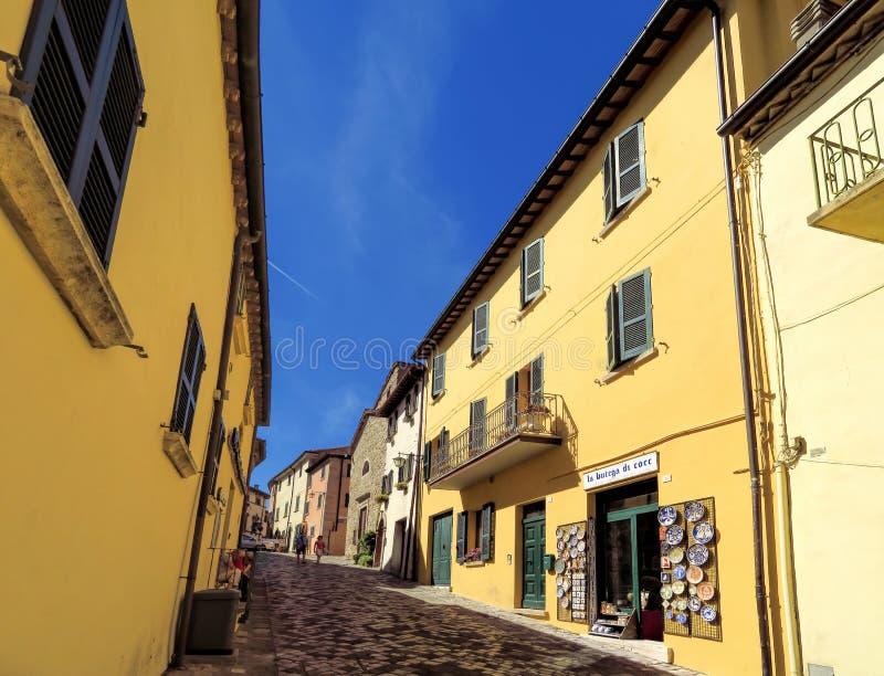 San Leo - ulica średniowieczna wioska zdjęcie stock