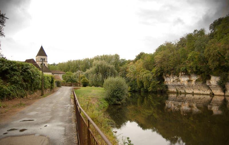 San-Leon-sur-Vezere e fiume la Dordogna di Vezere della La immagine stock libera da diritti