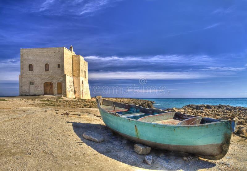 San Leonardo Watchtower, sur la baie de Pilone, village d'Ostuni, Salento image stock