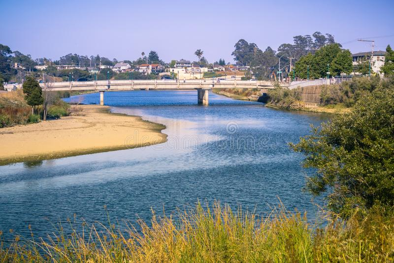 San Lorenzo River dans une lumière de soirée, Santa Cruz, la Californie photos stock