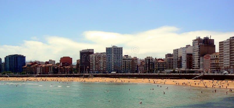 San Lorenzo strand på kusten av Gijà ³ n, Asturias spain royaltyfri fotografi