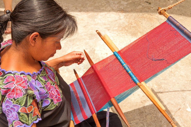 San Lorenzo Zinacantà ¡ n, mexicansk kvinna som väver i en traditonal w royaltyfria foton